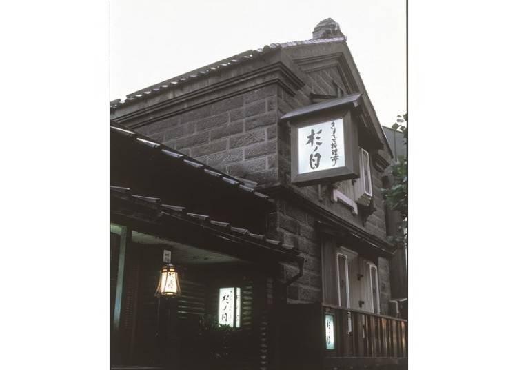 札幌産の石を使って建てられている 用札幌產的石頭建造而成的。
