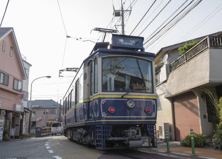 行駛在路上的江之電「懷舊電車」