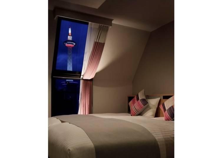 有些客房能近距離眺望打著美麗燈光的京都塔