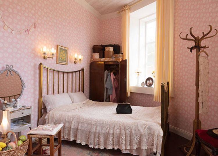 ▲從嚕嚕米爸爸媽媽的寢室牆壁貼著薔薇壁紙、薔薇壁飾、薔薇地毯等地方可以看得出這是喜愛薔薇的嚕嚕米媽媽的主意