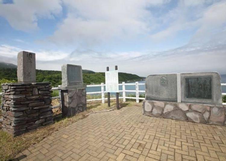 「野塚展望台」便位在道路左側可以眺望海岸線。此外,這裡有利尻島上第一位英文會話老師Ranald MacDonald的紀念碑。