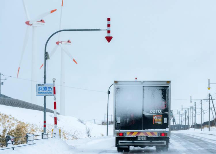 為了積雪時也知道道路在哪裡而設置的「矢羽根(固定式視線誘導柱)」