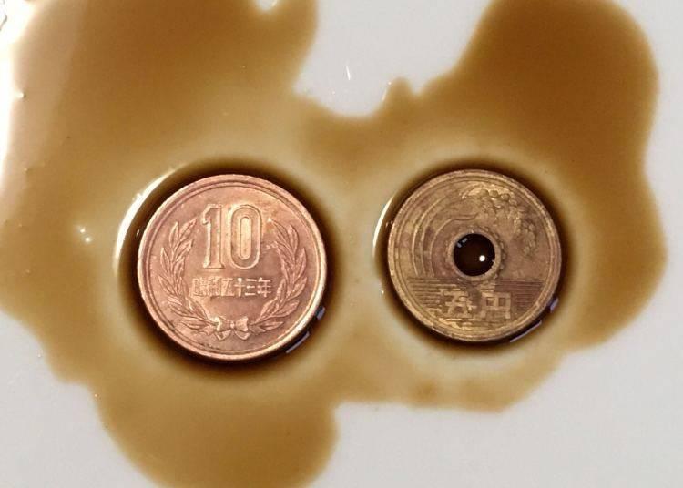 浸泡在醬料的硬幣