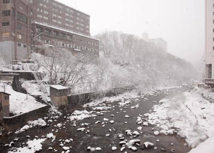 ▲從「月見橋」看出去的豐平川。從泉源取出溫泉的建築物都在岸邊。