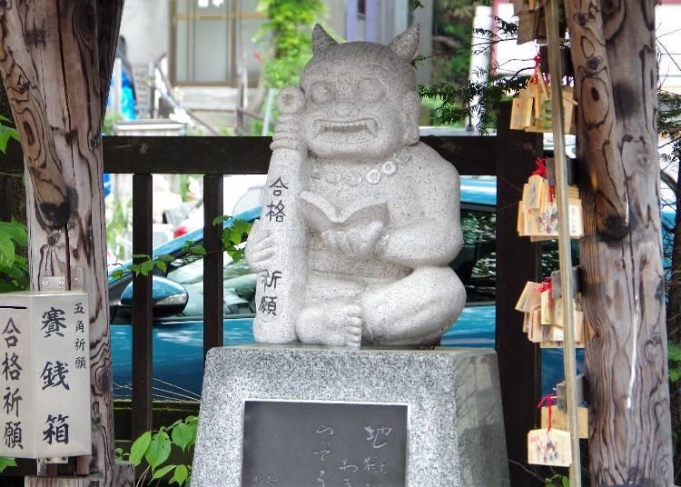 合格祈願的石像。旁邊掛了很多繪馬(寫著願望的木板)。