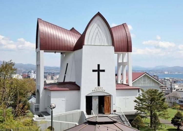 ▲棕色的十字形屋頂與搭配十字架的白色牆壁令人印象深刻。