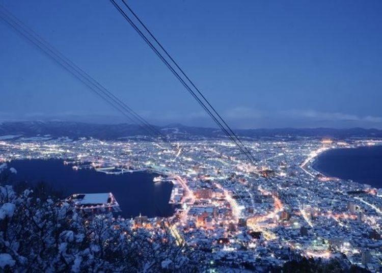 ▲冬天除了街上的燈火外,燈飾景觀也很光彩炫目,與白雪交相輝映的景色更是美輪美奐(照片提供:函館山纜車)