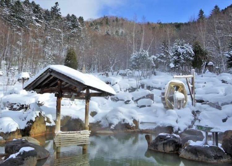 冬季可以一邊欣賞堆成如棉花糖般的積雪,一邊享受露天溫泉大眾池喔!