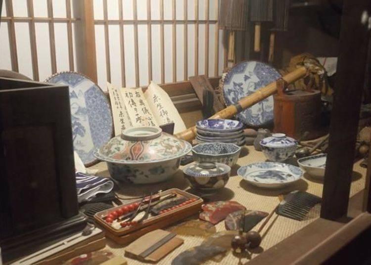 展示櫃中也擺放著許多往昔的生活用品。也有明治時代的歷史古物喔。