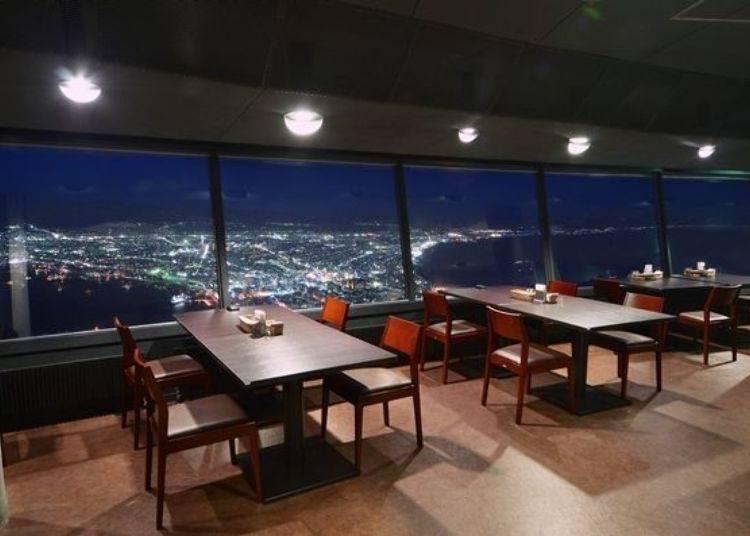▲可一邊眺望夜景一邊享用美食,真的是太幸福奢侈了!(照片提供:函館山纜車)