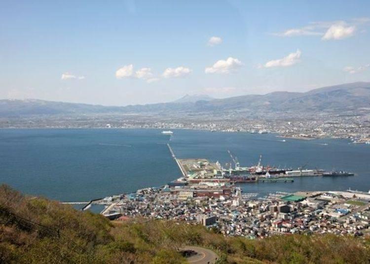 ▲於函館灣對面平地的遠處可以欣賞到高聳於「大沼國定公園」附近的駒岳(駒ケ岳)。