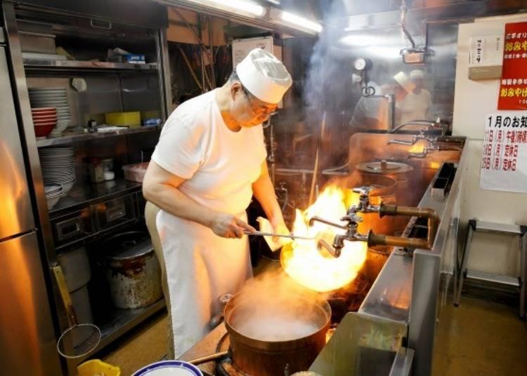 ▲煮麵的同時,將大量的蔬菜倒入中華炒鍋豪邁快炒。握著鍋把的是第三代傳人大宮一人先生