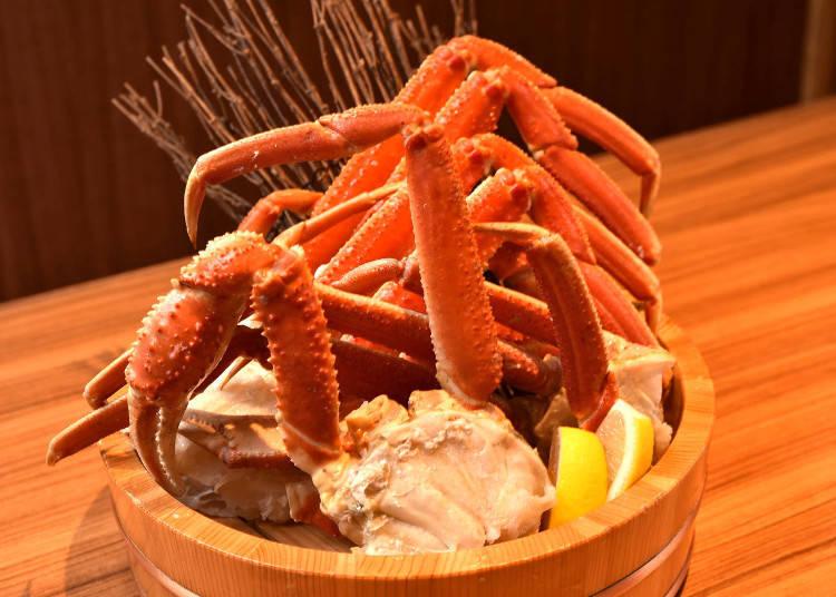 這是松葉蟹吃到飽。將松葉蟹放在木桶內送來。