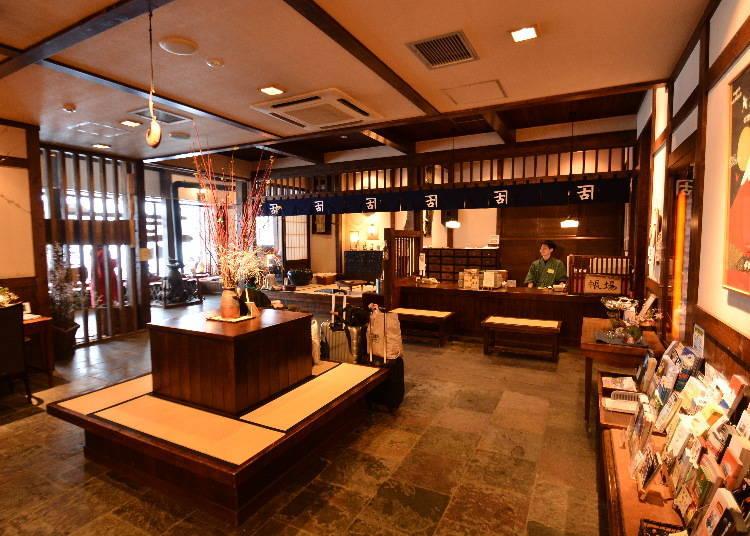 設有櫃檯(櫃檯上有一個「帳場」的牌子,帳場是指以前商店或餐廳的結帳櫃檯)的大廳,再次重現出明治時代的商家。