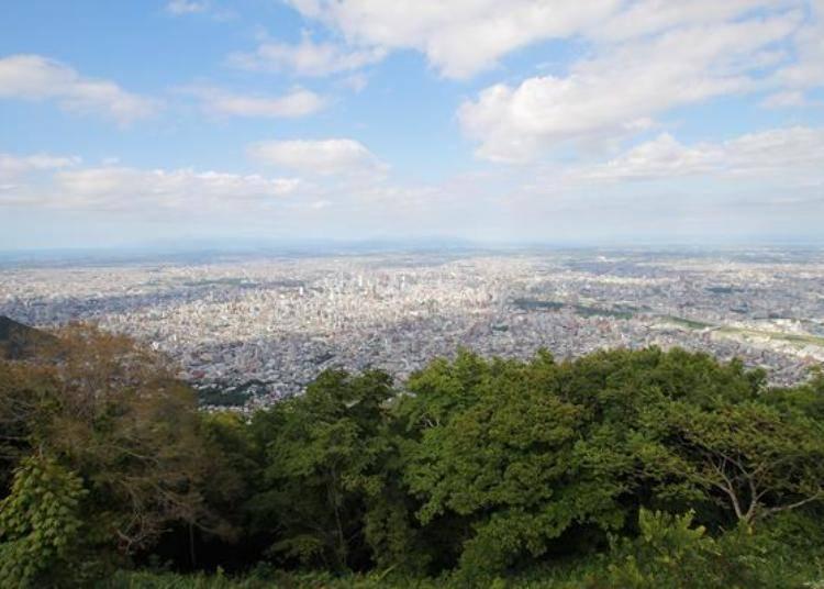 真的非常爽快!往下看就是札幌市區的街景,左邊的遠處可以看到日本海。聽說天空晴朗時,甚至可以看到將近200公里遠的大雪山旭岳。