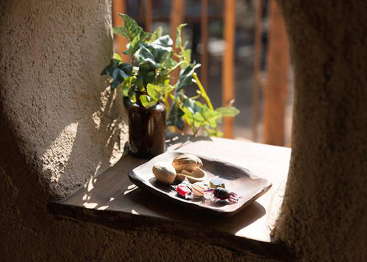 ▲樹屋裡的窗台上放著五顏六色的糖果