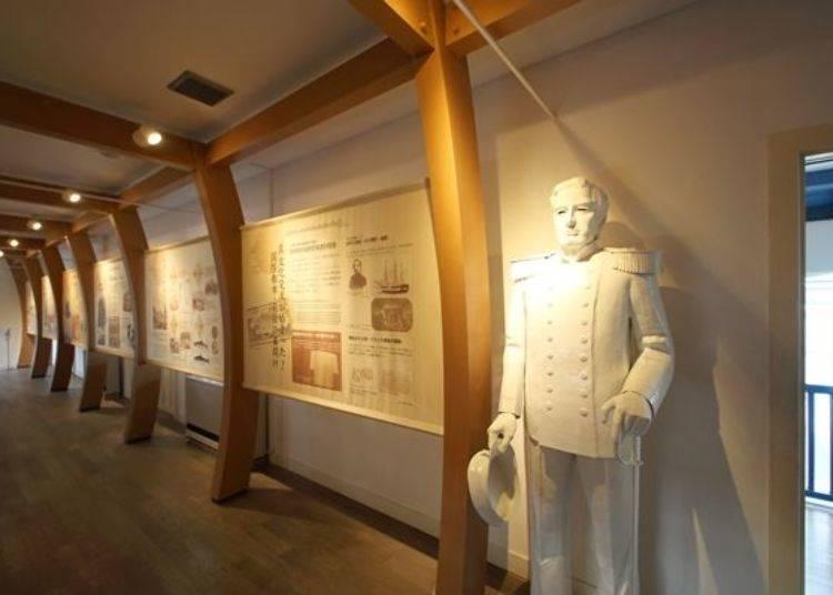 ▲這裡也有培里提督的雕像。透過導覽板介紹開港前後的歷史及文化。