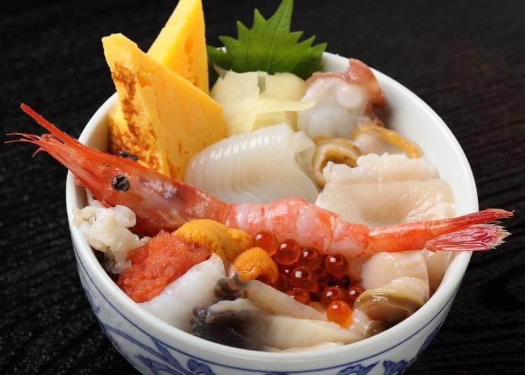 海鮮丼也是人氣美食之一!「10色前濱丼」(2160日圓、含稅)