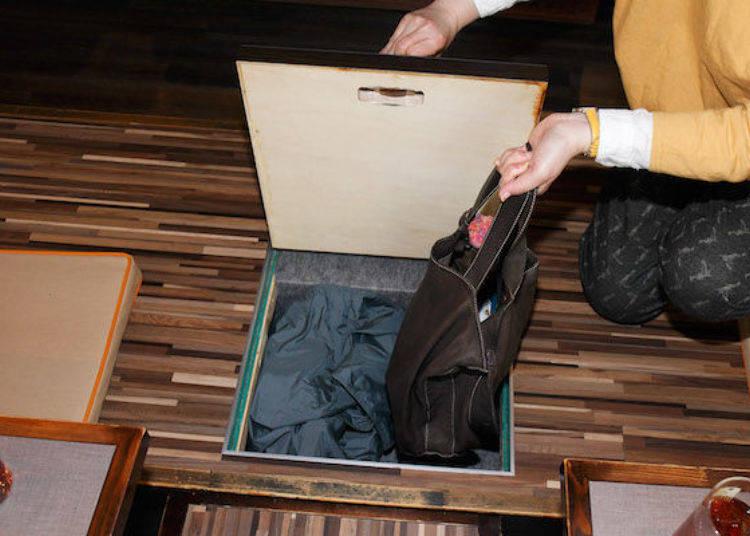 挖洞式座位的地板有設置收納空間,就像這樣將包包放進去。