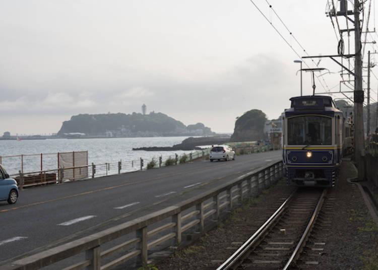 稻村崎~腰越間這段路,江之島就在電車身後!