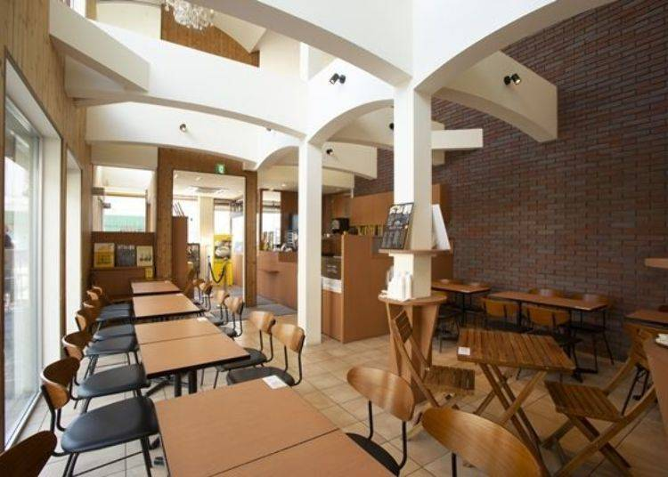 店鋪設計成咖啡廳的氛圍,可於店內享用新鮮烘烤出爐的乳酪丹麥酥。
