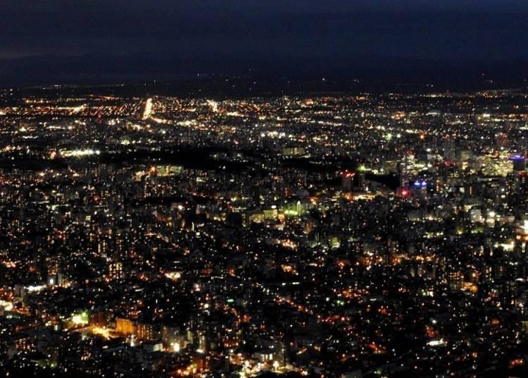 整個北海道以札幌為主的市區街燈,使用的不是一般的白色燈泡,而且橘色燈泡,因此札幌夜景跟國內各地的夜景比起來,更加讓人感到溫馨,這可是札幌夜景的特色之一。