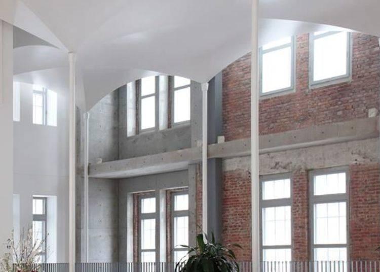 ▲天花板採用中世紀歐洲教堂常使用的交叉拱頂式設計,且館內柱子又少讓空間更為廣闊