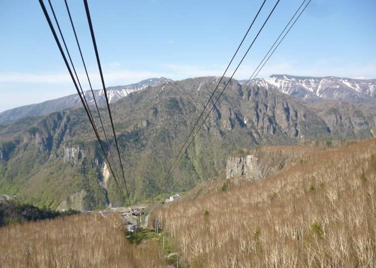 從纜車後面可以見到的景色。中間是朝陽山,後方是ニセイカウシュッペ山