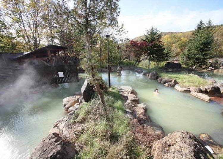 被大自然包圍的露天溫泉,盡情地享受源泉掛流溫泉。