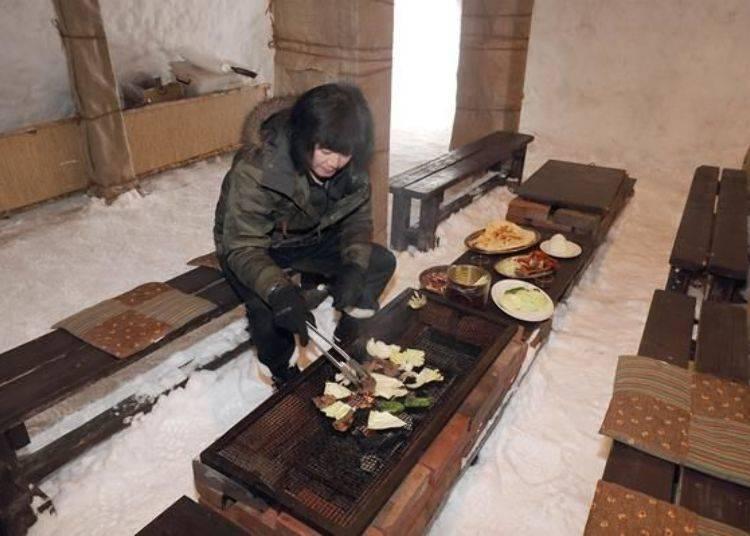 坐在烤爐前,炭火一點慢慢地燃燒起。烤爐的溫度能充分取代暖爐,讓身體暖和起來,不需要戴手套就很溫暖囉!