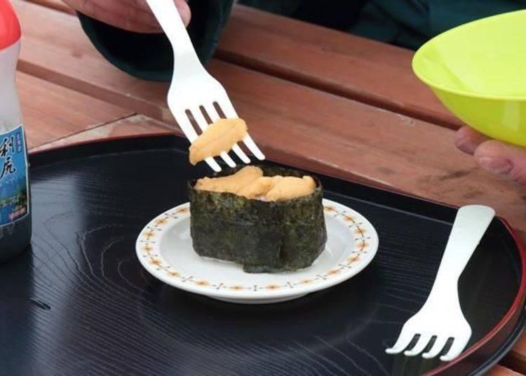 將海膽放到軍艦壽司的壽司飯上。稍微破損的海膽放下面,完整的海膽放上面,看起來十分完美!