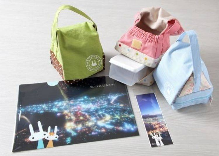 ▲「KITAUSAGI」品牌系列的文件夾(238日圓・未含稅)、書籤(150日圓・未含稅)及「御飯糰小提包(とんがりポーチ)」(附放小菜的小餐盒)(各色2,000日圓・未含稅)。