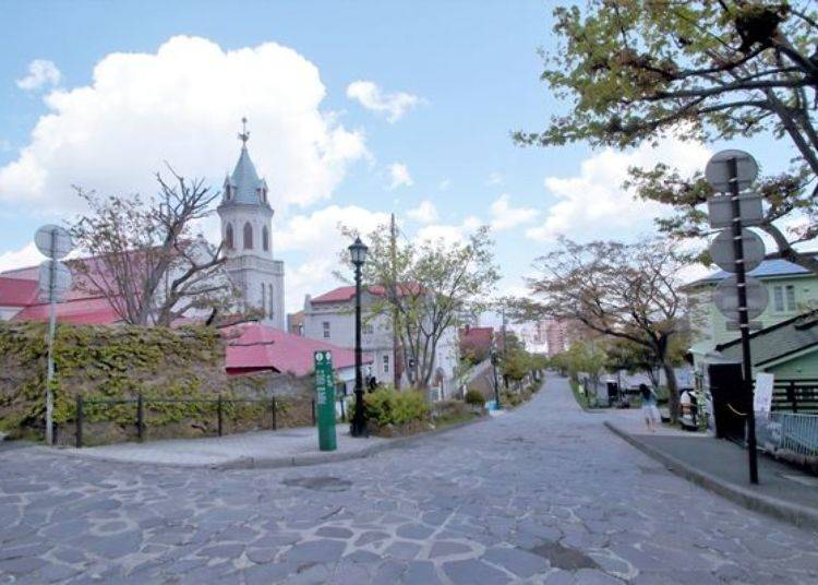 ▲從大三坂稍微往下走後,於T字路口的左邊可看見「元町羅馬天主教堂」的入口。