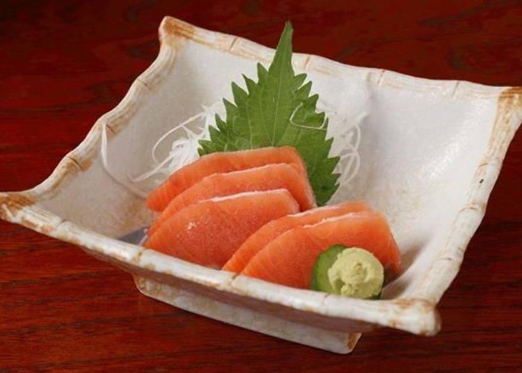 放進口中能感受到鮮度,咬下後生魚片中還有點冰凍滋味,也帶有清脆的口感。同時又能夠享用到鮭魚的風味與口感喔!