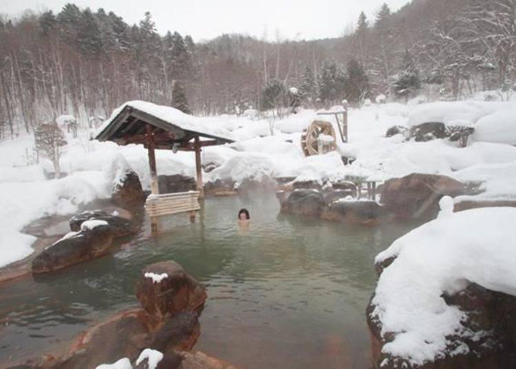 照片為寬敞的露天大眾池「無意根之湯」。照片的右後方也還有其他的溫泉池喔,其面積寬廣到一張照片根本無法拍攝進去。此處溫泉的溫度微溫約39度,所以浸泡的時間可以稍久一點喔。