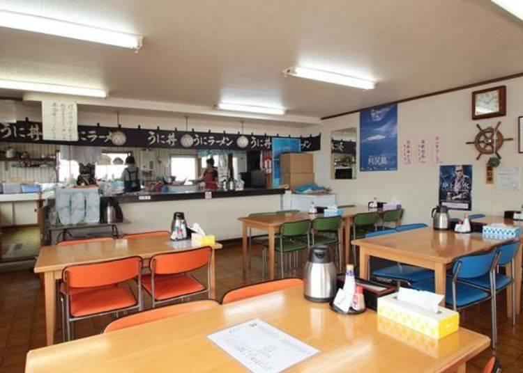 店家提供的餐點以「生海膽丼飯」(4500日圓)為主打,還有加入章魚、鮮蝦、蝦夷法螺肉、干貝、海帶芽的「海鮮利尻拉麵」(1350日圓)以及「海藻拉麵」(1200日圓)等。