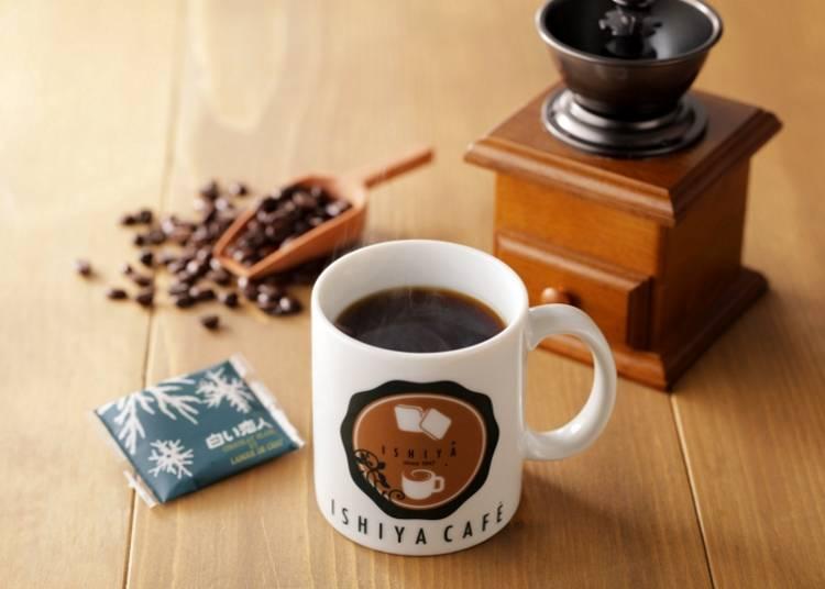 在ISHIYA CAFÉ點咖啡的話會附上一片白色戀人(左邊綠色包裝)!