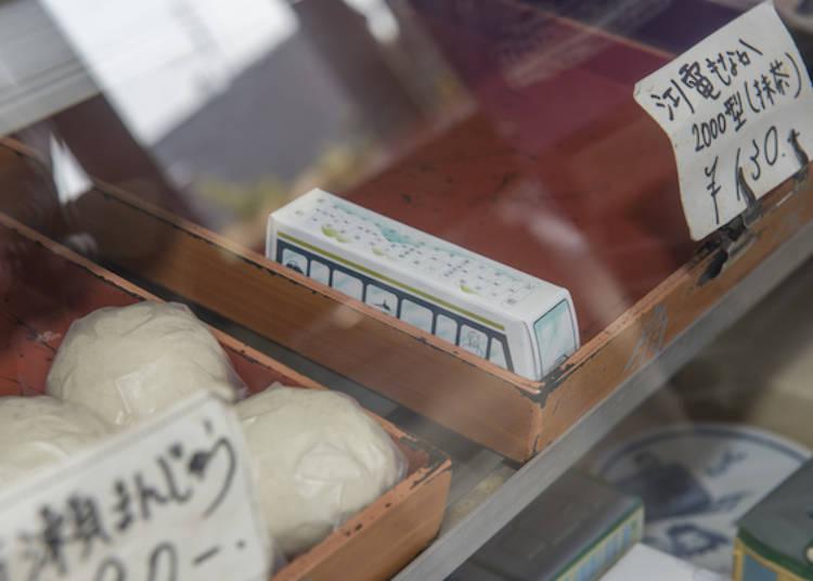 裝在電車造型紙盒裡的「江之電最中餅」,照片中這款是新型2000形的抹茶口味(130日圓)