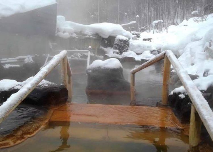 從「貓頭鷹之湯」經過溫泉池內的小橋樓梯造景後,便是「游湯之露天」大眾池了。