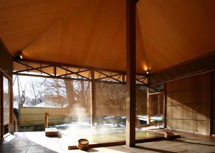 ▲檜木浴缸的露天溫泉。溫度因浴槽而異,但大約在38度~42度。在這裡找尋自己喜愛的溫泉,好好的泡個湯吧(照片提供:定山溪第一寶亭留 翠山亭)