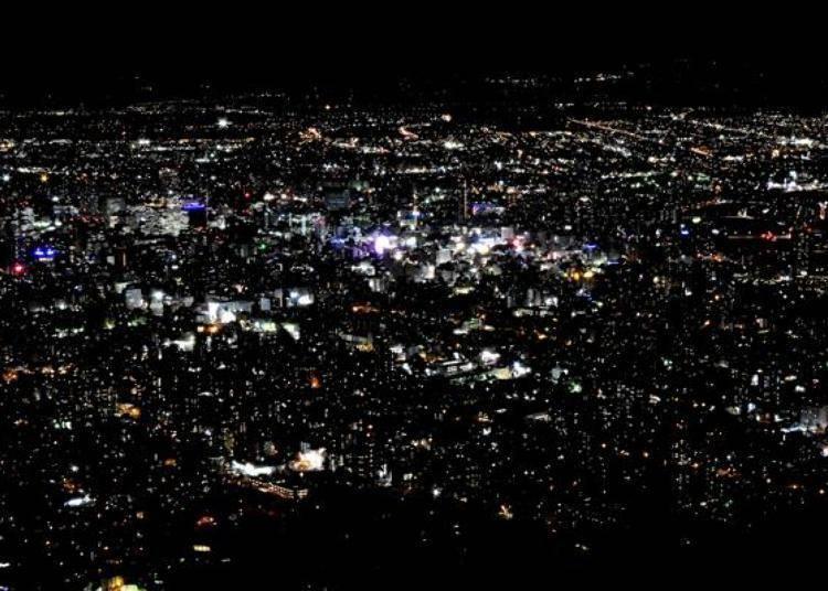 天空的藍色色調消失後,在一片黑暗中無數的街燈,彷彿是繁星閃爍一樣!