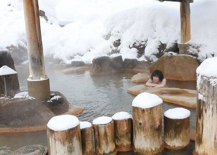 藏在湯池內的石椅很適合進行半身浴或是冷卻一下身體喔!