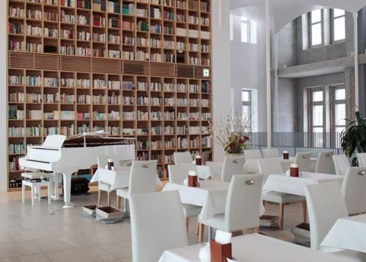 ▲二樓咖啡廳潔白的裝潢與宛如圖書館般的牆面相當有質感