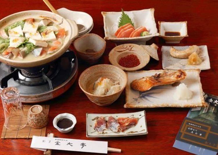 月饗宴套餐的照片。鮭魚火鍋為2人份的份量、其餘的料理為1人份。