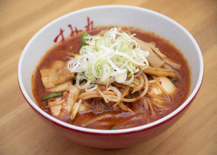 在略帶黏稠度的湯頭中,加入豬五花肉片、豆芽菜、韭菜、洋蔥等滿滿食材。