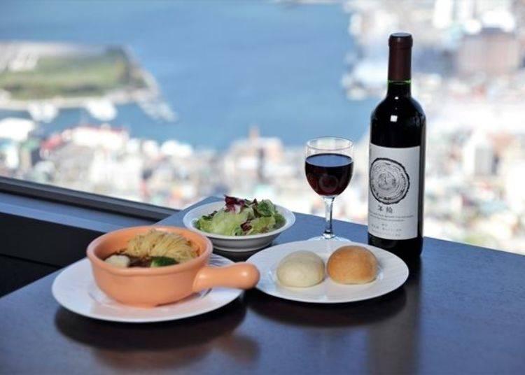 ▲在山頂的餐廳內可以一邊欣賞美景一邊享用美食。