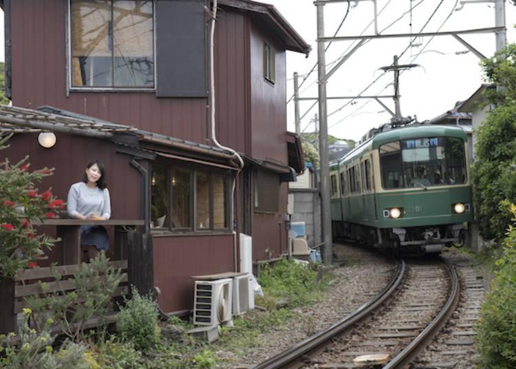 坐在露天座位上,看著電車從面前呼嘯而過!