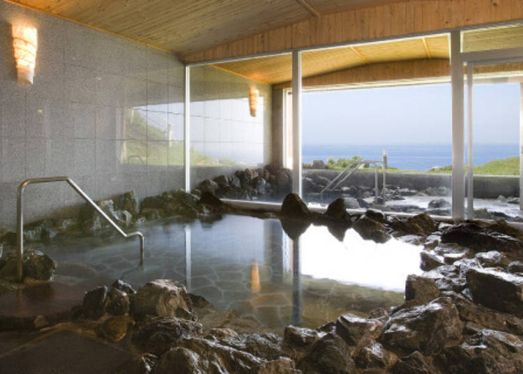 岩風呂的大浴場。有室內的溫泉池與露天溫泉池