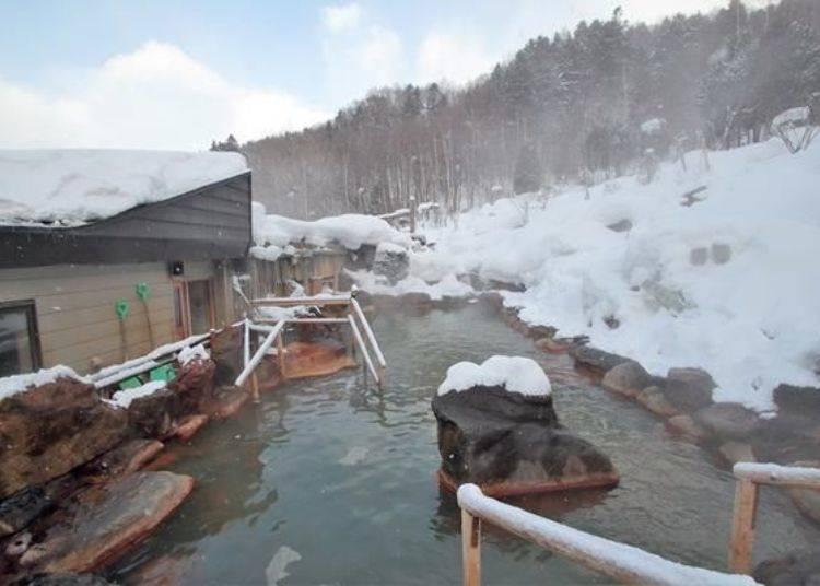 可體驗深山秘境氛圍的「貓頭鷹之湯」。溫泉的溫度約39度。