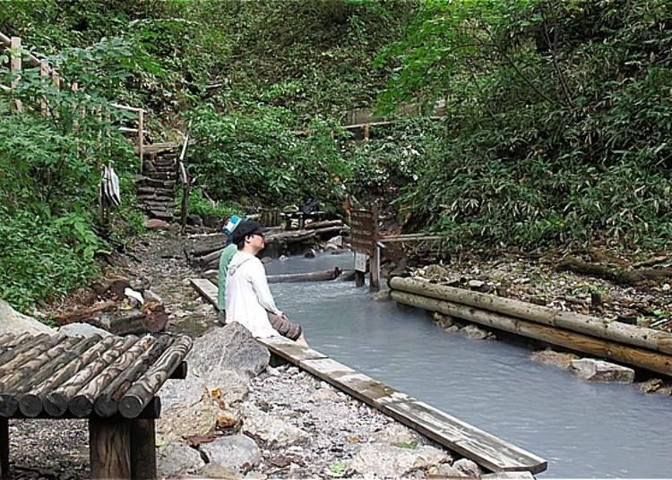 河畔有一段木頭棧板,可以讓人坐在棧板的邊緣。